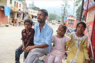 India_floods_a_family_on_the_run